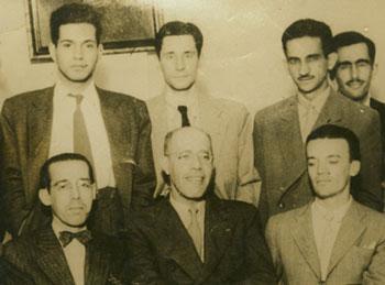 Mário de Andrade e jovens mineiros em 1944; Mário está ao centro, em primeiro plano; ao fundo, atrás dele, Alphonsus de Guimaraens Filho.